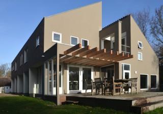 Nieuwe kleurstelling en terrasoverkapping woonhuis Buerweg Bergen